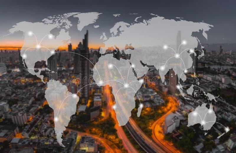 Het netwerk en de wereld brengen op onduidelijk beeldcityscape in kaart voor communicatie of vervoersconceptenachtergrond, een De stock foto