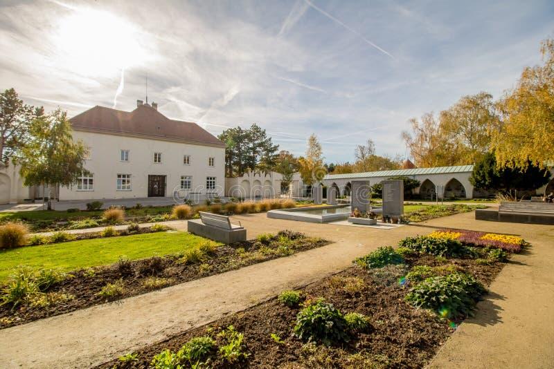 Het Neugebaude-kasteel met zijn park in de recente zomer Wenen, Oostenrijk stock afbeeldingen