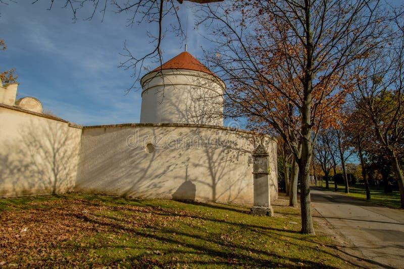Het Neugebaude-kasteel met zijn park in de recente zomer Wenen, Oostenrijk royalty-vrije stock foto's