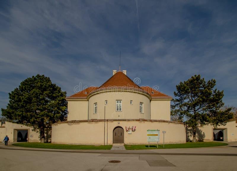 Het Neugebaude-kasteel met zijn park in de recente zomer Wenen, Oostenrijk stock foto's