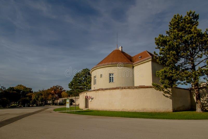 Het Neugebaude-kasteel met zijn park in de recente zomer Wenen, Oostenrijk stock fotografie