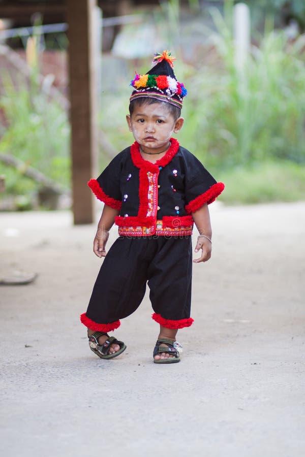 Het niet geïdentificeerde traditioneel geklede Hmong-kind van de heuvelstam stock afbeeldingen