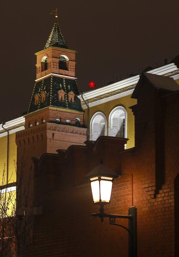 Het nieuw-jaardecoratie van Moskou en stadslichten op Kerstmis royalty-vrije stock afbeeldingen