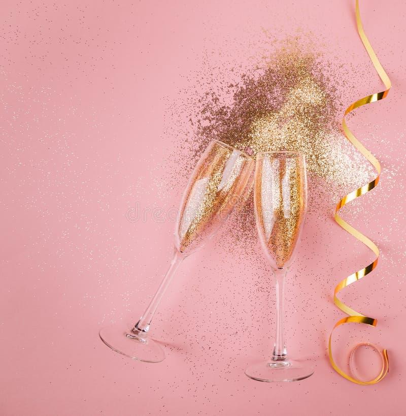 Het nieuwe concept van de jaarviering op roze achtergrond stock foto