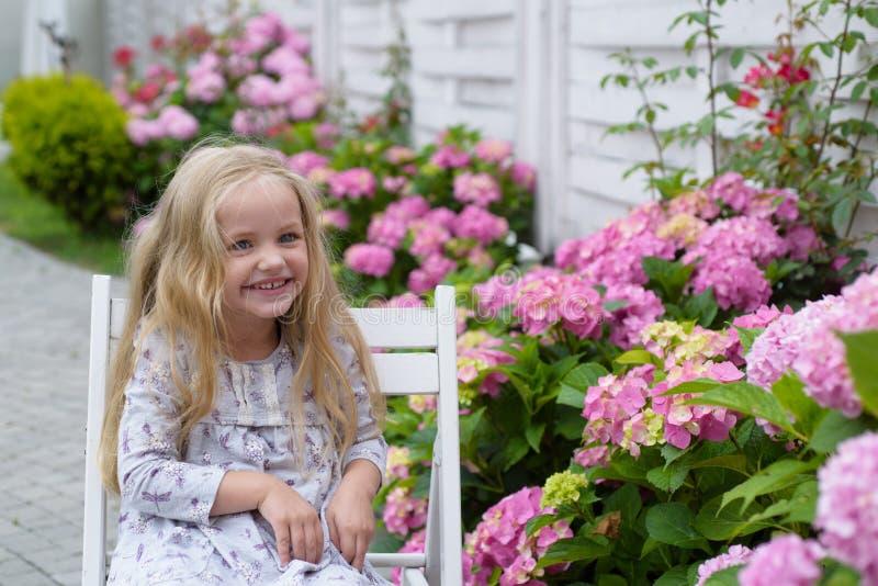 Het nieuwe Concept van het Leven De lentevakantie De zomer Moeders of van vrouwen dag Meisje bij bloeiende bloem enkel Geregend royalty-vrije stock afbeeldingen
