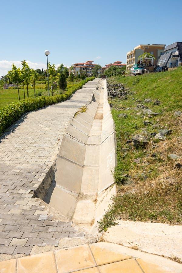 Het nieuwe drainagesysteem in het toevluchtdorp van Ravda in Bulgarije stock fotografie