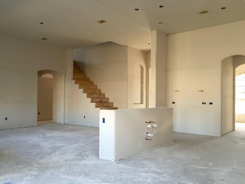 Het nieuwe grote binnenland van de huisbouw stock afbeeldingen