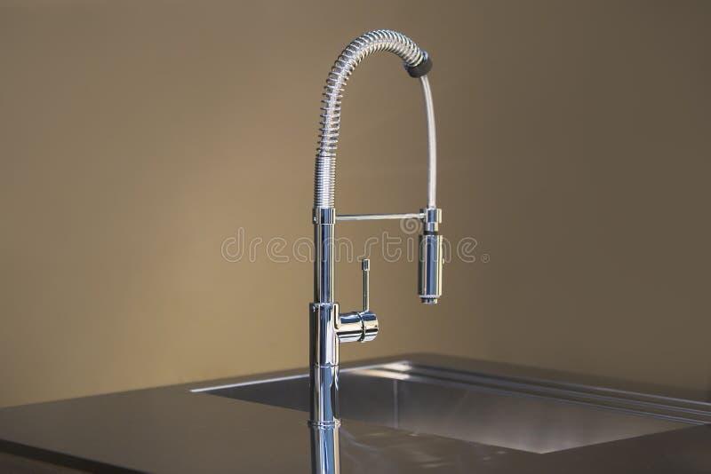 Het nieuwe hoge ontwerp van de keukentapkraan De kraanmixer van de keukengootsteen stock fotografie