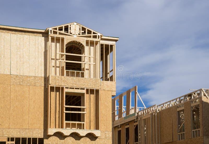 Het nieuwe huis in aanbouw houten ontwerpen stock afbeelding