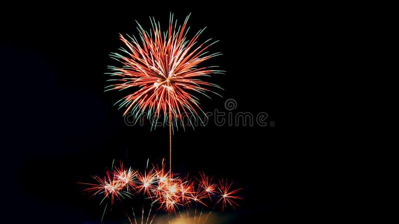 Het nieuwe jaar viert met vuurwerk die als achtergrondtextuur aansteken stock afbeelding