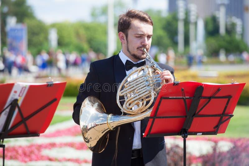 Het nieuwe klassieke kwintet van het het Levensfanfarekorps van de muzikale instrumenten van de messingswind, orkest voert muziek stock foto