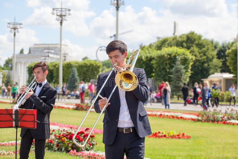 Het nieuwe het Levensfanfarekorps, speler van het wind de muzikale instrument, orkest voert muziek, de tromboneportret van musicu royalty-vrije stock afbeeldingen