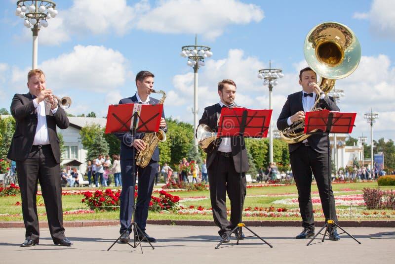 Het nieuwe het Levensfanfarekorps, spelers van het wind de muzikale instrument, orkest voert muziek, vier het speltrompetten van  royalty-vrije stock foto