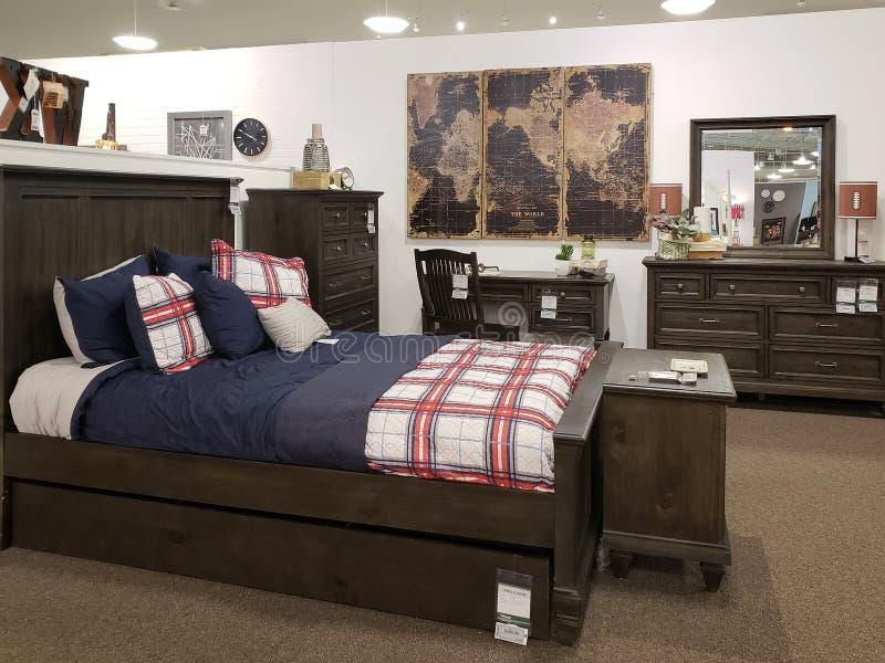 Het nieuwe meubilair van de jongensslaapkamer voor verkoop bij markt stock fotografie