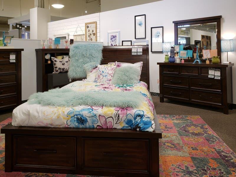 Het nieuwe meubilair van de meisjesslaapkamer voor verkoop bij markt stock foto