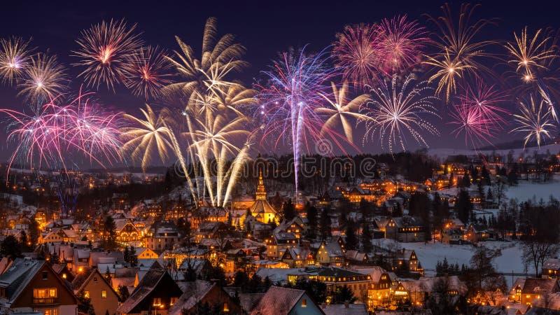 Het nieuwe vuurwerk van de jaarvooravond en Verlichte huizen in Seiffen bij Kersttijd Saksen Duitsland royalty-vrije stock afbeelding