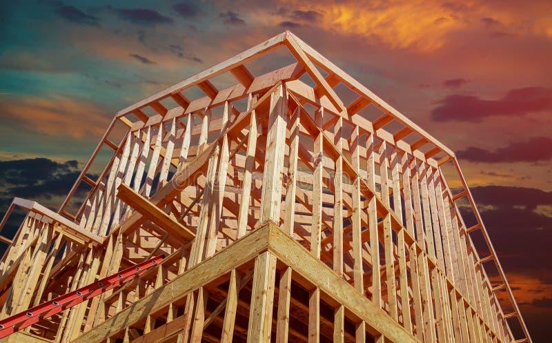 Het nieuwe woonbouwhuis ontwerpen tegen een zonsondergang royalty-vrije stock afbeeldingen