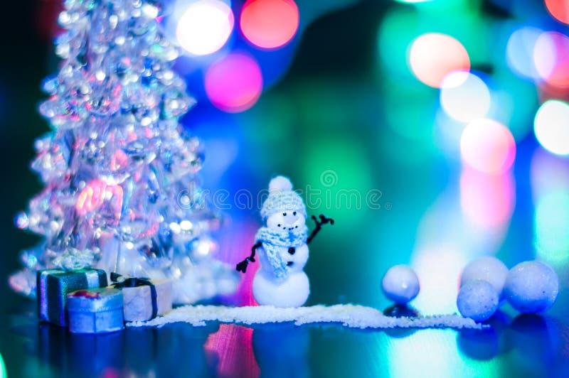 Het nieuwjaar, van de de nachtsneeuwman van het fotoontwerp de geheimzinnige heldere giften van de de bankkerstboom kopieert ruim royalty-vrije stock foto