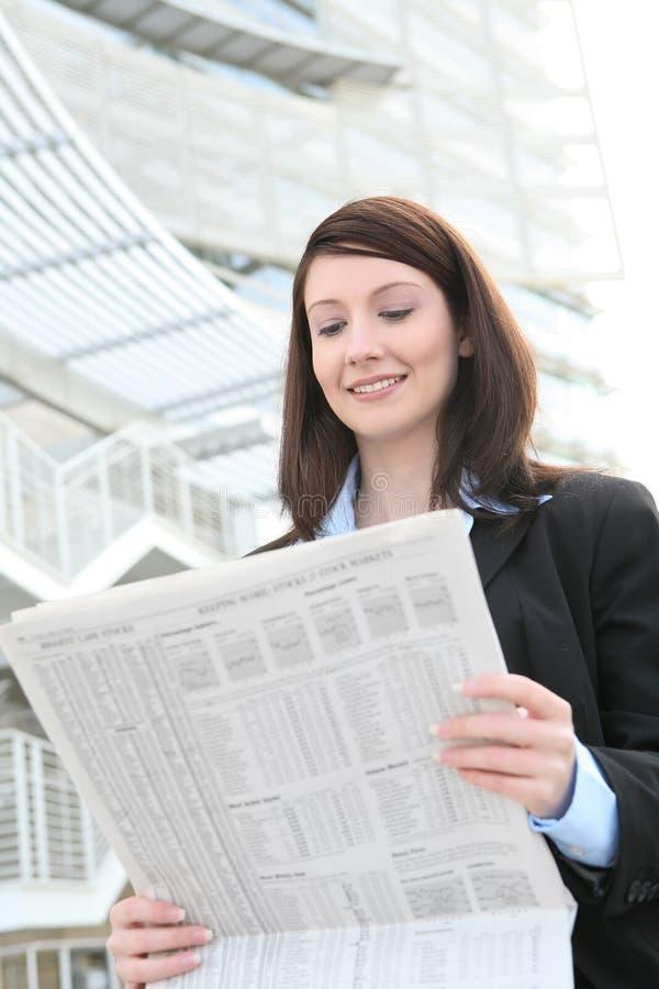 Het Nieuws Lezing van de bedrijfs van de Vrouw stock afbeelding