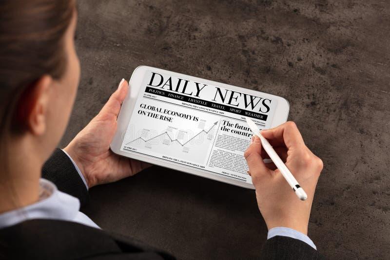 Het nieuws van de bedrijfsvrouwenlezing stock foto