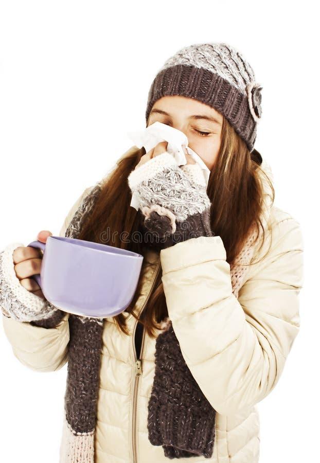 Het niezen van de vrouw neus die koude heeft stock afbeeldingen