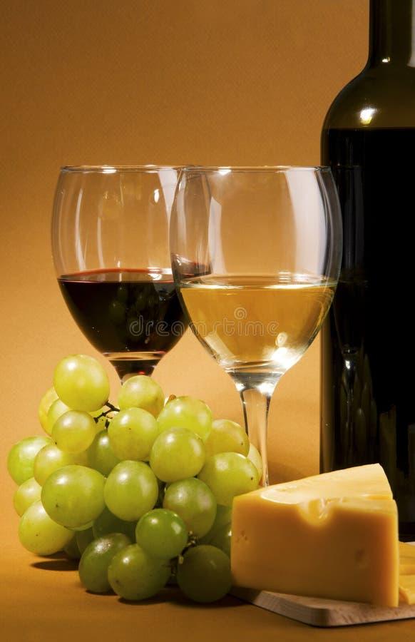 Het nog-leven van de wijn en van de kaas stock afbeelding