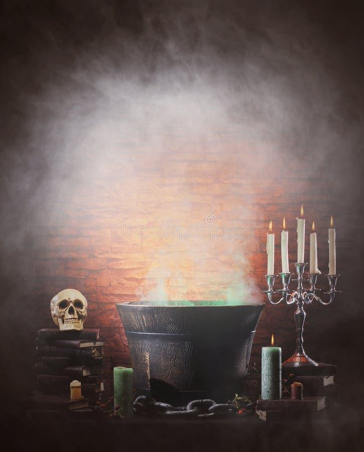Het nog-levensachtergrond van Halloween met heel wat verschillende elementen stock afbeelding