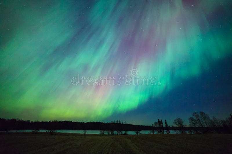 Het noordelijke landschap van het lichtenaurora borealis stock foto