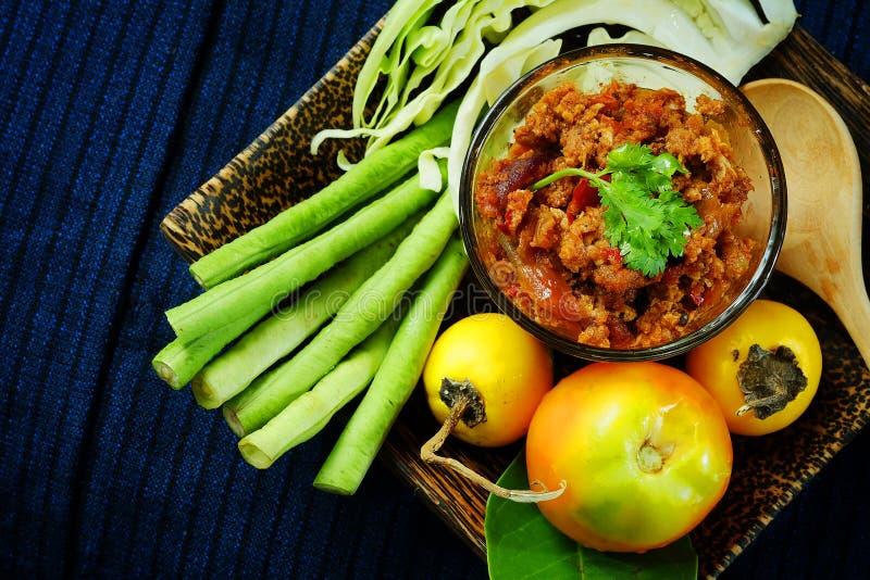 Het noordelijke Thaise Vlees en de Tomaat de Kruidige Onderdompeling of het Thaise Noordelijke Deeg van Stijlspaanse pepers verse stock afbeeldingen