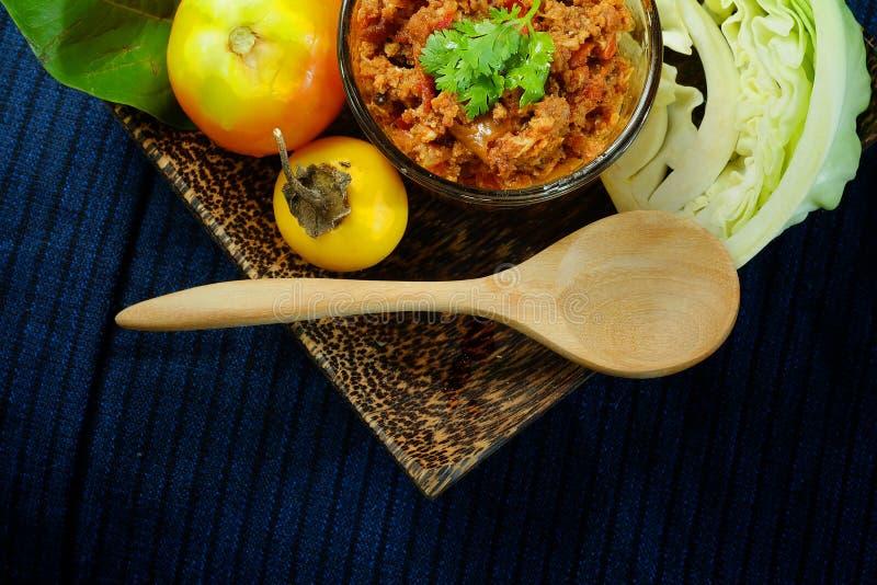Het noordelijke Thaise Vlees en de Tomaat de Kruidige Onderdompeling of het Thaise Noordelijke Deeg van Stijlspaanse pepers verse stock foto
