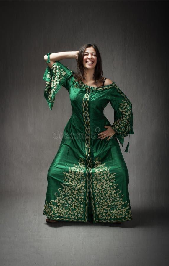 Het noorden Afrikaanse kleding voor meisje het dansen stock afbeeldingen