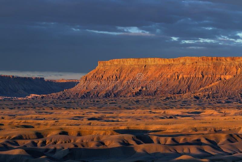 Het noorden Caineville Mesa bij Zonsopgang stock afbeelding