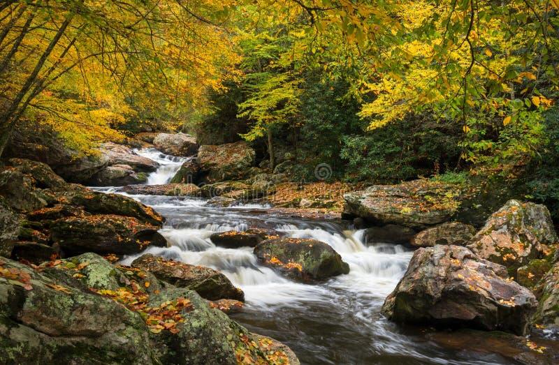 Het noorden Carolina Autumn Cullasaja River Scenic Landscape stock foto's
