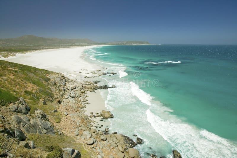 Het noorden van Hout-Baai, Zuidelijk Kaapschiereiland, buiten Cape Town, Zuid-Afrika, een mening van de Atlantische Oceaan en wit royalty-vrije stock afbeelding
