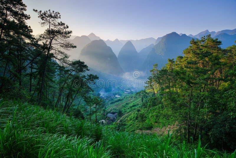 Het noorden Vietnamese die vallei met karst bergen door mist in Ha Giang/Dong Van-gebied worden behandeld royalty-vrije stock foto