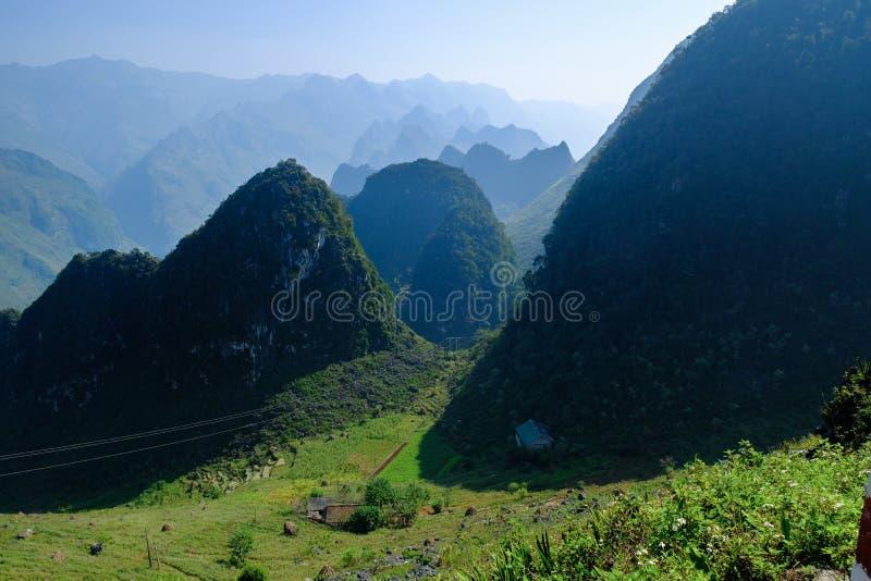 Het noorden Vietnamese die vallei met karst bergen door mist in Ha Giang/Dong Van-gebied worden behandeld royalty-vrije stock afbeelding