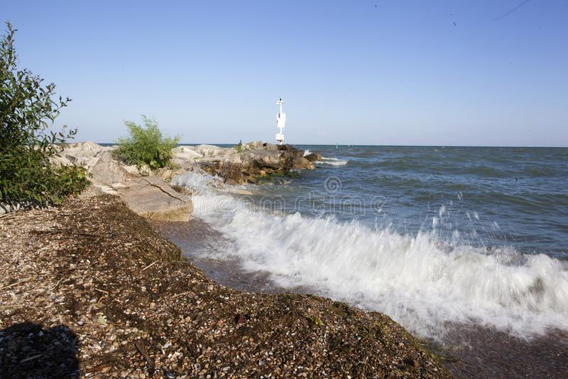 Het Noordenkust van Kingsvillecedar beach crashing waves lake Erie stock fotografie