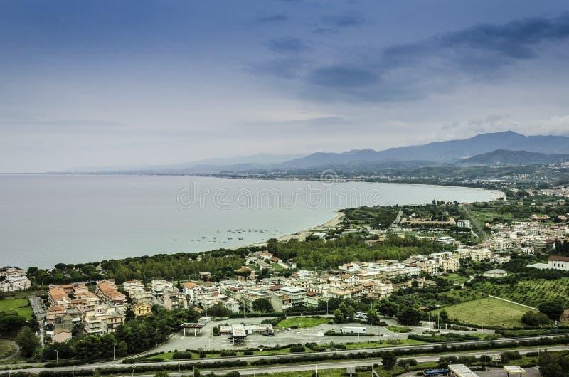 Het noordenkust van Sicilië dichtbij de stad van patti stock foto's