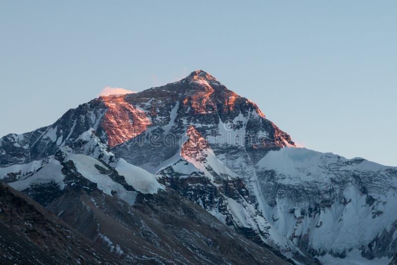 Het noordenrand van Onderstel Everest bij schemer, van basiskamp wordt bekeken aan de kant die van Tibet royalty-vrije stock foto