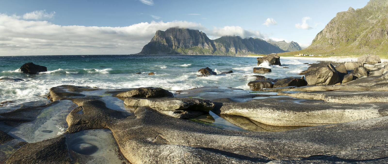 Het noordpoolstrand van landschapsuttakleiv, Lofoten-Eilanden III stock fotografie