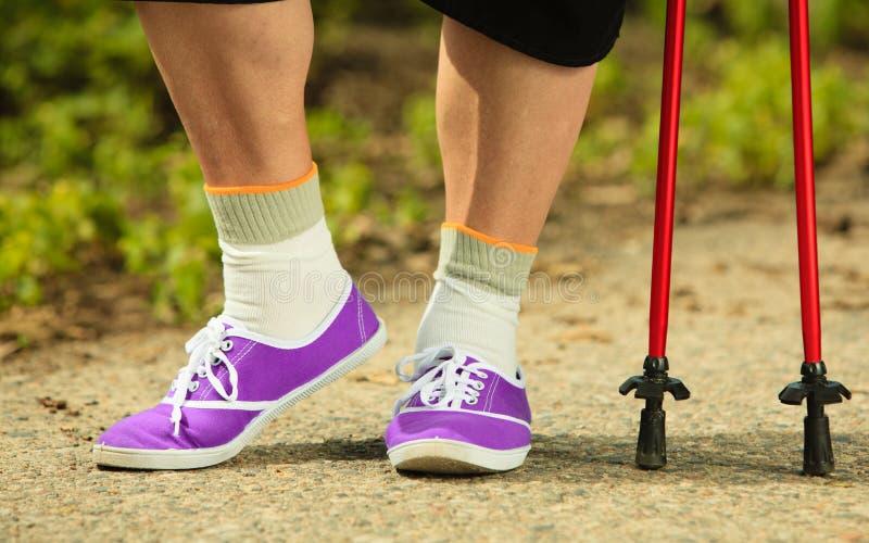 Het noordse lopen Close-up van rijpe vrouwelijke benen royalty-vrije stock foto's