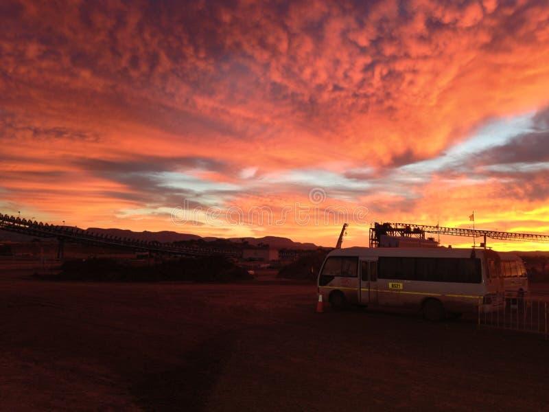Het Noordwesten van de het Ijzerertsmijn van zonsopgangpilbara van Westelijk Australië stock afbeelding