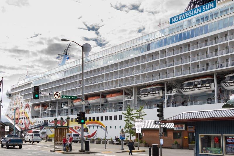 Het Noorse die NCL-Schip van de Zoncruise in Ketchikan van de binnenstad, Alaska wordt gedokt royalty-vrije stock afbeelding