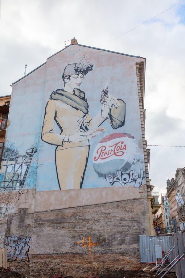 Het nostalgische reclame schilderen op de muur van een oud gebouw stock foto