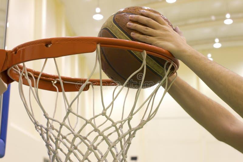 Het noteren van mand in basketbalhof royalty-vrije stock foto