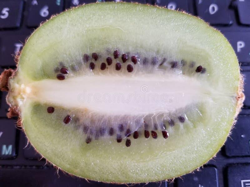 Het nuttigste vitaminefruit is groene kiwi royalty-vrije stock foto