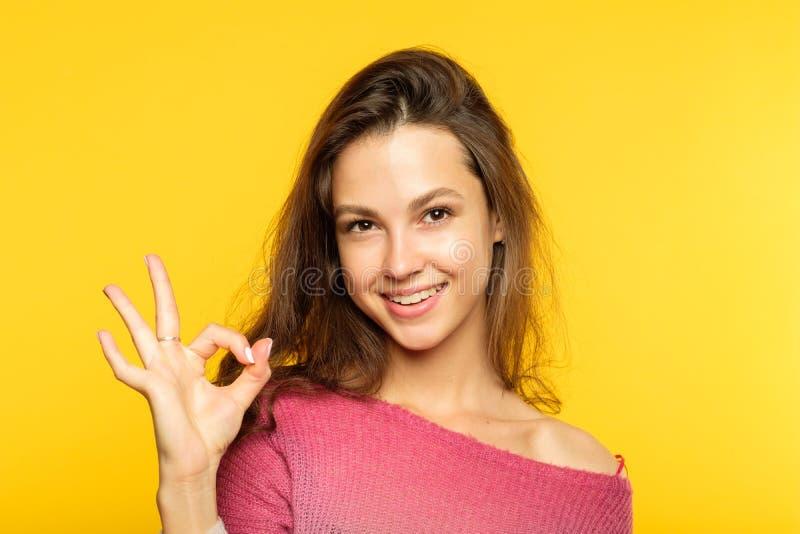 Het o.k. gelukkige glimlachende blije meisje van de gebaaruitdrukking stock foto's