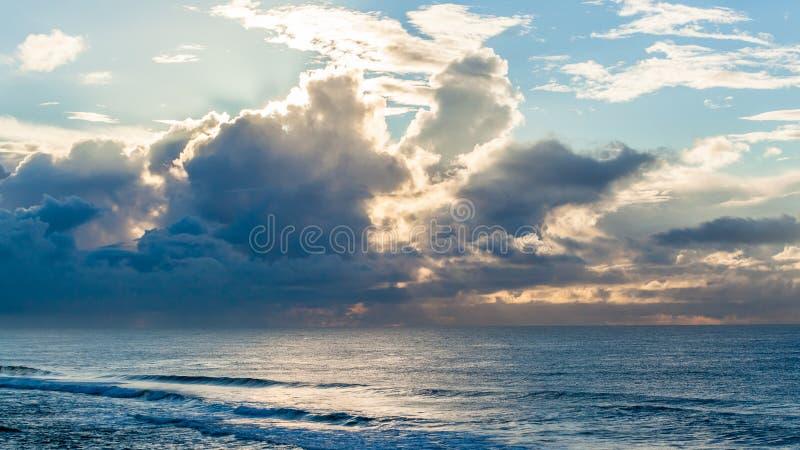 Het oceaanlandschap van Golvenonweerswolken stock afbeeldingen