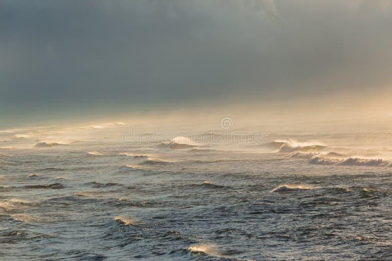 Het oceaanlandschap van Golvenonweerswolken stock afbeelding