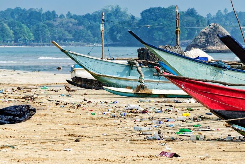 Het oceaanwater van de verontreinigingswereld met afval, plastiekenhuisvuil stock afbeeldingen